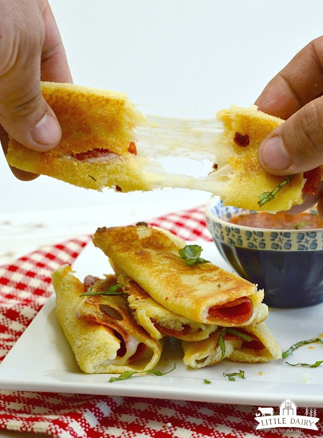 Grilled Cheese Pizza Rollups #gooey cheese
